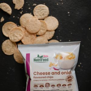 Syrovo-cibuľové proteínové chipsy. Proteínové chipsy. NutriFood Keto diéta. Vysokobielkovinové jedlá.